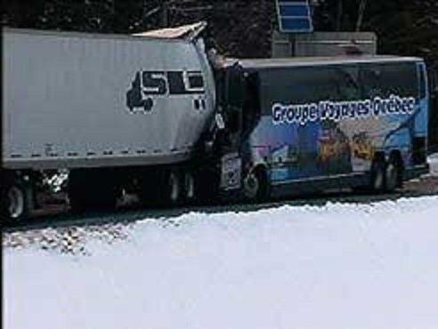 23-02-2004 - New York - Un autocar du Goupe Voyages Québec rempli de Québécois impliqué dans un grave accident