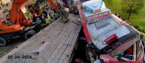 20-04-2014 - Pakistan - 42 morts dans la collision entre un bus et un tracteur. L'accident a eu lieu près de la ville de Sukkar, à 425 km au nord de la métropole économique Karachi