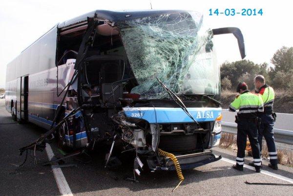 14-03-2014 - Espagne - Accident entre un autocar de la compagnie Alsa & un camion chargé de diesel sont entrés en collision pour des raisons encore inconnues - Més de set quilòmetres de cua a l'A-2 en sentit Lleida per un accident de trànsit entre un autocar i un camió