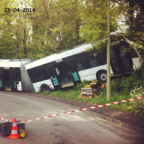 23-04-2014 - Rouen - Un chauffeur aurait perdu le contrôle de son véhicule suite à un Malaise dans la descente de la Grand'Mare à Rouen. On signale 17 blessés légers ce 23 avril au matin.