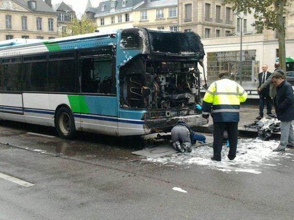 04-11-2013 - Rouen - Un bus en flammes devant la mairie de Rouen, les passagers sont évacués du car.