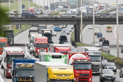 15-05-2014 - Bruxelles - Ring à Kraainem  - Collision, entre quatre camions et un autocar de l'armée belge transportant des militaires, sur le Ring à hauteur de Crainhem, en direction de Zaventem.