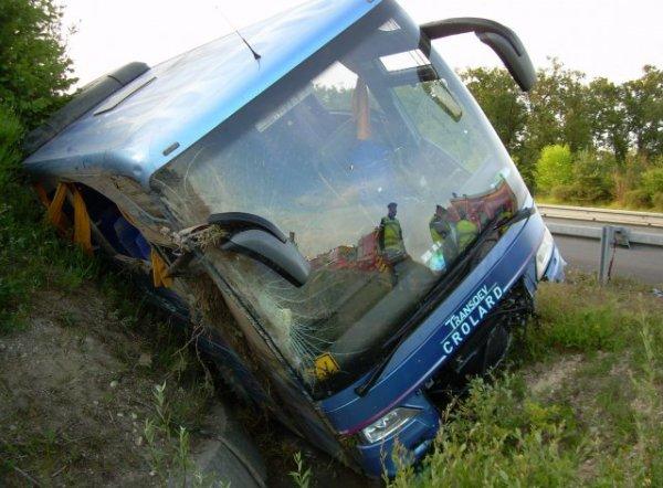 22-06-2014 - France - Remorantin - Loir-et-Cher - Accident Autocar - Un car de la société haut-savoyarde Crolard qui se rendait en Bretagne- 2 morts sur l'aut A85 - le deuxième chauffeur et un jeune de 15 ans sont décédés éjectès de leur bus qui est sorti de la route avant de culbuter.
