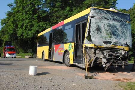 02-06-2014 - Sohier - Wellin - Accident collision entre un bus des TEC et un camion, le chauffeur du bus est blessé et a été conduit à l'hôpital de Dinant.