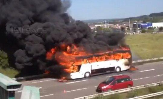09-06-2014 - Epinal - Un autocar d'une société de Joeuf prend feu avec 37 passagers évacuent in extremis qui s'embrase totalement sur la RN57 à Jeuxey. Ce bus avait déjà dû être remoqué à Thillot le samedi par un tracteur agricole.