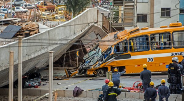 04-07-2014 - Brésil : Une bretelle d'autoroute s'effondre : au moins un mort, des blessés