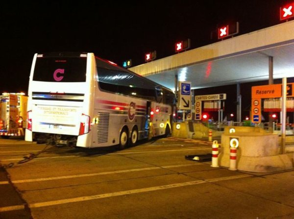 29-05-2014 - Vierzon (au péage) - Cher - Accident d'un autocar de chez Chaumont Voyages transportant des pèlerins vers Lourdes sur l'A71 en direction de l' A20.