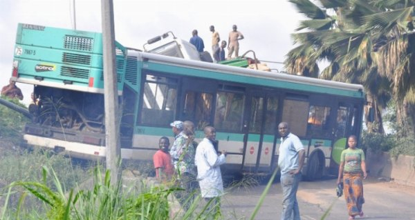 09-07-2014 - Côte d'Ivoire - Abidjan - Adjamé-Plateau - Accident Autocar - Un chauffeur de bus de la Sotra perd la vie alors qu'il tentait d'éviter une collision avec un véhicule léger.  le chauffeur est mort. 33 blessés graves...