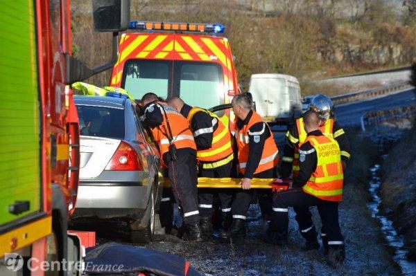 Chaspuzac - Loudes - Un autocar a perdu deux roues jumelées arrières et l'une percute de plein fouet une voiture arrivant en sens inverse.