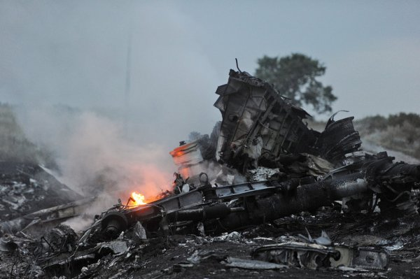 17-07-2014 - Ukraine - Un avion BOEING 777-200 de Malaisia Airlines décolle de Amsterdam, aéroport de Schiphol, effectue le vol MH17, s'écrase ou est abattu en Ukraine, pas de survivants : bilan 295 occupants de l'appareil sont morts.