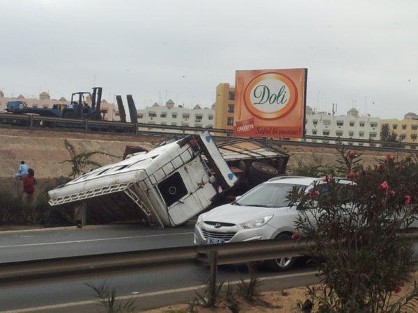 19-07-2014 - Dakar - Accident sur l'autoroute : Un autocar de « Ndiaga Ndiaye » qui venait de Castor a dérapé pour heurter le pont des Maristes, bilan :30 blessés, 11 dans un état grave