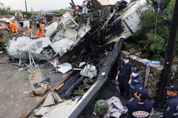 23-07-2014 - Taïwan - Crash Avion - 48 personnes ont été tuées dans un accident d'avion avion ATR 72-500 de la compagnie TransAsia Airways à Taïwan. L'avion, transportant 58 personnes dont quatre membres d'équipage, s'est écrasé sur des maisons près de l'aéroport sur l'île isolée...more »