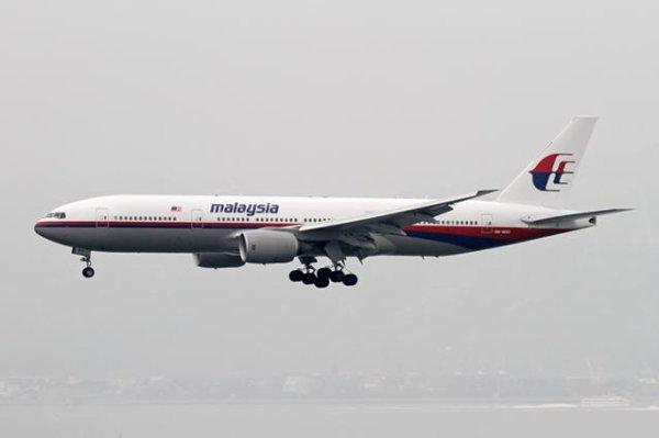 17-07-2014 - Ukraine - Un avion BOEING 777-200 de Malaisia Airlines décolle de Amsterdam, aéroport de Schiphol, effectue le vol MH17, est abattu et s'écrase en Ukraine, pas de survivants : bilan 295 occupants de l'appareil sont morts.