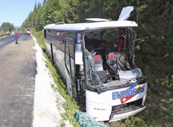 30-07-2014 - Suisse - Norvège -accident autocar -  Le car, propriété de l'entreprise Eurobus basée rave; Windisch (AG), se trouvait sur le chemin du retour, trois Suisses tués dans la sortie de route du car de tourisme: mort d'un 4e passager.