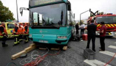 30-07-2014 - Reims  (51)  Un bus écrase un scooter, Un blessé léger dans un spectaculaire accident ...