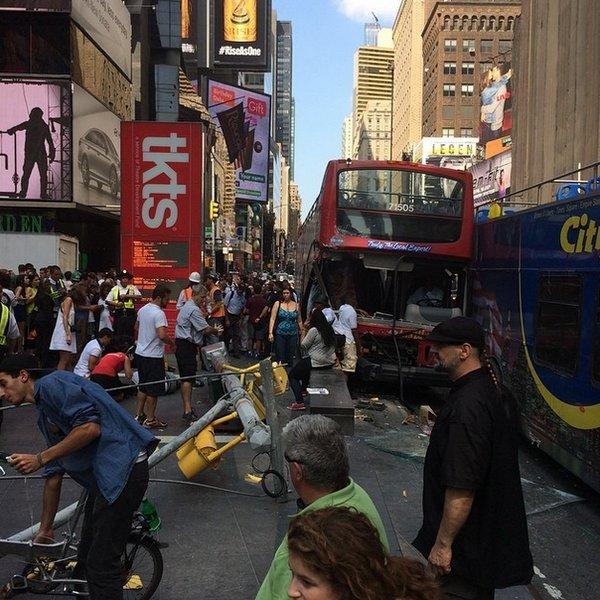 05-08-2014 - New York - Manhattan - Times Square - Le conducteur d'un des deux autobus touristiques impliqués dans une collision à Times Square, mardi, a été arrêté. 14 blessés dont 3 graves.