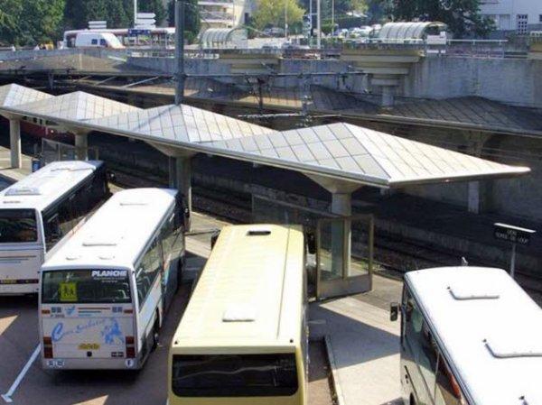 06-04-2013 - Saint-Martin-en-Haut - Accident, sortie de route en percutant un arbre - Le chauffeur de bus avait 1,8 g d'alcool par litre de sang lorsqu'il a été contrôlé par les gendarmes.  Le chauffeur de bus ivre condamné à 4 mois de prison ferme.
