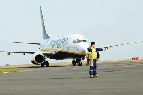 RYANAIR - Boeing 737-800 : Des passagers d'un vol Ryanair entre Londres Stansted et Porto se sont retrouvés bloqués dans l'avion immobilisé de la low cost, avec interdiction d'en sortir, le Terminal de l'aéroport étant fermé.