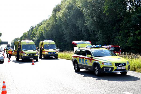 16-08-2014 -  Popuelles - Un dramatique accident de la route sur l'E429 a8 dans le sens Tournai Bruxelles a fait un tué, trois autres passagers sont dans un état jugé critique.