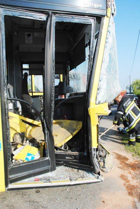 02-06-2014 - Wellin - Sohier - Un bus du TEC percute un camion, le chauffeur du bus blessé à
