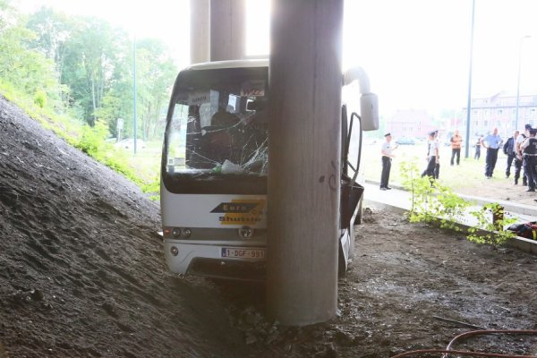 01-09-2014 - Gosselies - L' accident d'un autocar de Trazegnies a eu lieu sur sur le rond-point de la chaussée de Courcelles à Gosselies (Charleroi) : Le chauffeur, victime d'un malaise, est décédé. bilan : 1 mort et 8 enfants de l'IMP Marcinelle blessés.