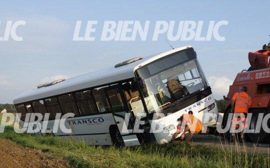 11-09-2014 - Côte-d'Or - Un autocar de ramassage scolaire Transco a terminé sa course au fossé, près du cimetière de Chambeire sur la RD 109.