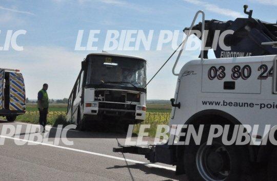 06-05-2014 - Ladoix-Serrigny - Beaume - Bus scolaire renversé - Un bus scolaire de la société Transdev Pays d'Or a fini sa course dans une vigne, lundi matin, sur la RD 974, sans faire de blessé.