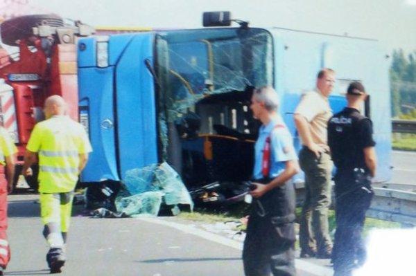 05-09-2014 - Slovaquie - Bratislava - Svaty Jur - Le chauffeur du car est mort, 4 touristes britanniques grièvement blessés après l'accident d'un autocar slovaque contre un tracteur tondeuse des accotements de l'autoroute.