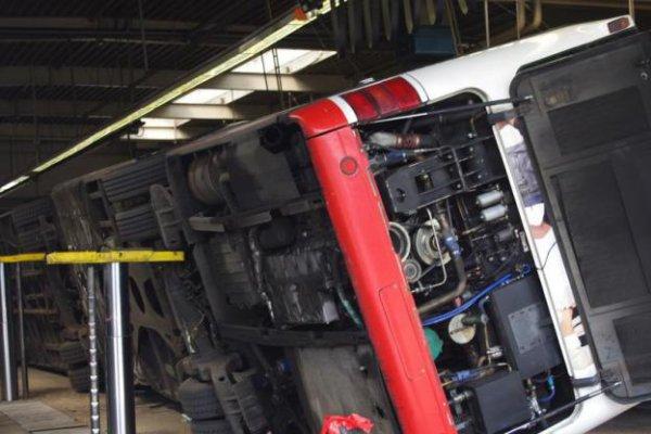 Accident grave - autobus articulé - Le pont hydraulique provoque la chute de l'autocar dans l'atelier de réparations - Bogestra personnel