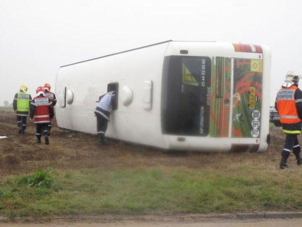 29-09-2014 - Bailleul-le-Soc (60) - Oise - Le conducteur d'un autocar scolaire, qui transportait une quinzaine de collégiens, a été grièvement blessé ce lundi matin, lors d'un accident avec une voiture.