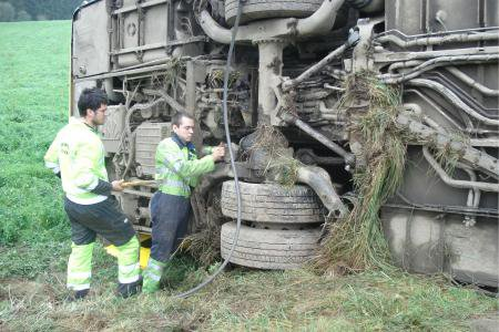 08-09-2014 - Mousny - La Roche - Baconfoy - La conductrice d'un autobus du TEC perd le contrôle du véhicule sur la route entre La Roche et Baconfoy, le Bus s'est retrouvé culbuté en travers de la route, la conductrice a été blessée.