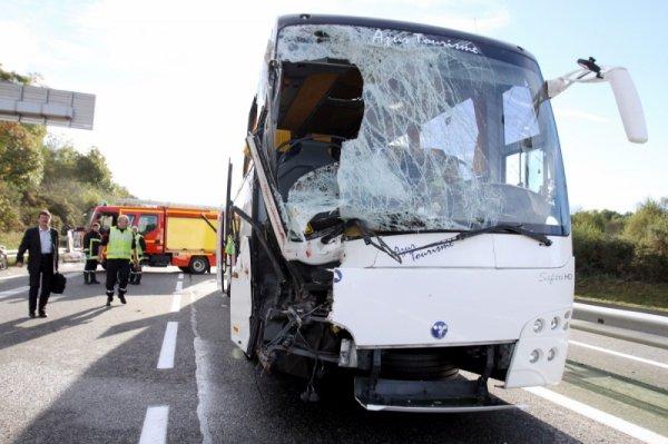 19-10-2014 - Saint-Laurent-de-Neste (65) - Accident ( Pélérinage à Lourdes) entre un autocar de la Compagnie Azur Tourisme et un camion bétaillère sur l'A64 dans le sens Toulouse-Tarbes  - bilan: Un chauffeur du car tué, neuf blessés.