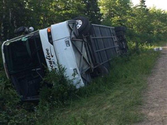 13-07-2014 - Cap-Breton - L'autocar touristique, ayant 21 personnes à bord, s'est renversé dans un fossé sur le sentier Cabot, près d'Ingonish au Cap-Breton. L'accident est survenu à environ trois kilomètres de Neils Harbour,