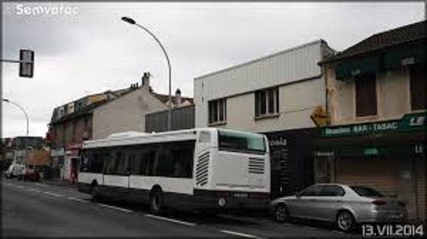 21-10-2014 - Yvelines - Poissy (78) - Accident entre un autocar et un poids-lourd, neuf passagers dont le conducteur d'un autocar de la CSO (Courriers de Seine-et-Oise) ont été légèrement blessés lors d'un accident avec un poids-lourd qui s'est produit ce mardi sur le CD30 (avenue de Pontoise) à Poissy (Yvelines).