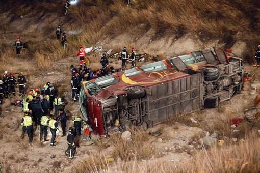 09-11-2014 - Espagne (Sud) - Grave accident d'un Autocar de la compagnie de bus Calasparra José Ruiz qui ramenait chez eux depuis Madrid des habitants du village de Bullas, dans la région de Murcie lorsqu'il effectue une sortie de route en culbutant dans un ravin.billan:14 morts, 28 blessés dont dix dans un état grave.