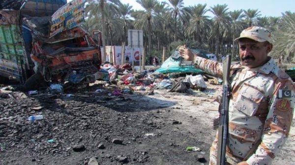 11-11-2014 - Pakistan - un accident d'autocar fait 56 morts, L'autocar à destination de Karachi en provenance de la ville de Swat, dans le nord-ouest, s'est déporté et a percuté un camion de marchandises, tuant 56 personnes», dont 17 femmes et 18 enfants.