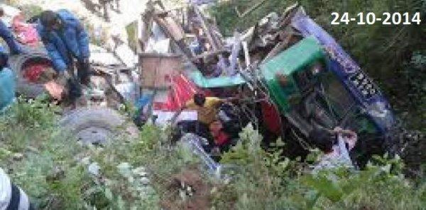 24-10-2014 - Népal - Grave accident d'un autocar en surcharge, une centaine de personnes étaient dans ce car bondé. bilan : 11 morts dont 2 Israéliennes, au moins 52 passagers blessés.
