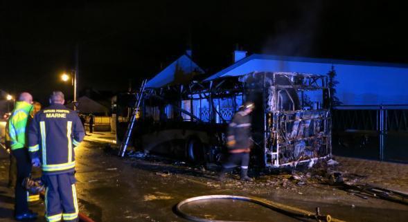 17-11-2014 - CHOUILLY (51) - Un autocar scolaire transportant une quinzaine d'élèves prend feu à la rue Dom Pérignon à Chouilly.