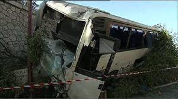 France - Menton - Nice - Les freins du véhicule assurant la liaison entre Menton et Nice auraient lâché. Le chauffeur a pu son car dans un talus pour limiter la casse...bilan: 26 blessés.