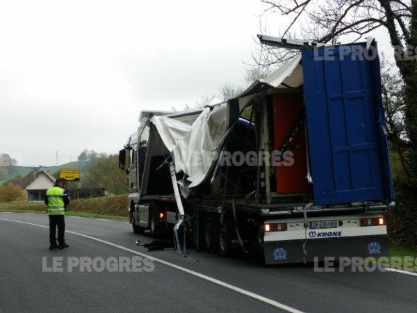 06-11-2014 - JURA - Villeneuve-sous-Pymont - Deux morts et un blessé grave dans un accident entre un camion et un bus-école dans lequel sont décédés deux stagiaires.