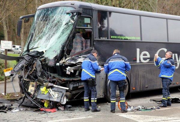 18-12-2014 - Isère - Saint-Martin-d'Uriage - Accident mortel - Un autocar de la société Cars de l'Elorn, qui assurait le transport scolaire de 60 lycéens de Sainte-Anne de Brest à Grenoble, circulait à hauteur de Saint-Martin-d'Uriage.