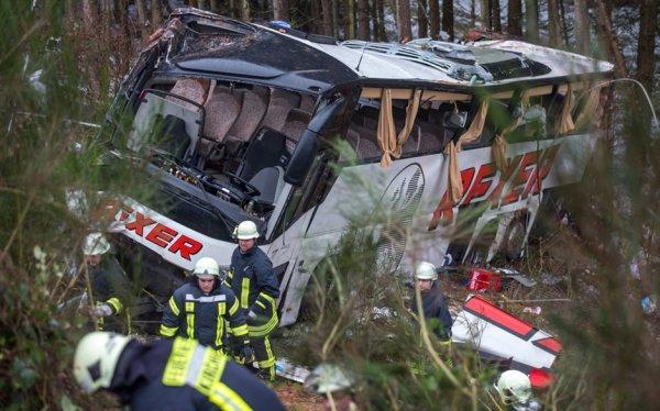 30-12-2014 - Allemagne - Kirchheim - Bad Hersfeld - Un autocar est  percuté par une voiture, il fait plusieurs tonneaux et s'échoue en contrebas d'une pente boisée. bilan : 4 morts et plus de 40 blessés.
