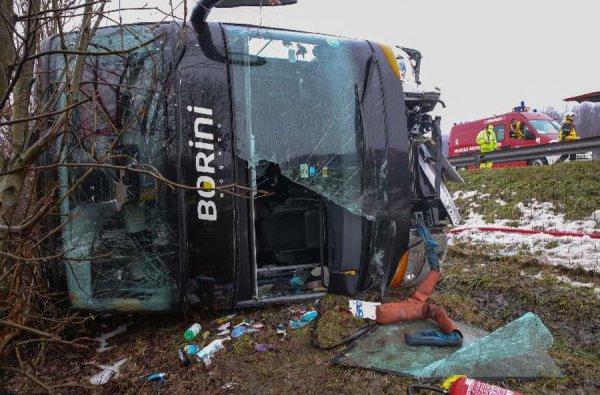 04-01-2015 - Savoie - La Chavanne - Grande-Bretagne - Un autocar double étage avec remorque transportant 33 Touristes Britanniques s'est renversé au matin du dimanche 4 janvier sur l'autoroute A43 en Savoie juste après la sortie « Montmélian ».