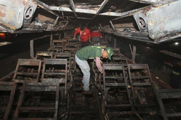 11-01-2015 - Pakistan - Moyen Orient - Grave accident mortel entre un Autocar et un Camion Citerne roulant à contre sens sur la route de Karachi,: bilan : Près de 60 personnes dont beaucoup d'enfants sont morts ce dimanche matin dans le sud du Pakistan, l'autocar s'est aussitôt enflammé  après la collision avec un camion-citerne.