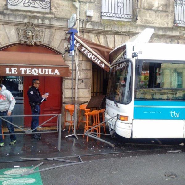 06-01-2015 - Bordeaux : Un autobus de la TBC, le réseau de transport en commun bordelais, a fini sa course dans la vitrine d'un bar PMU dans le centre historique de Bordeaux.