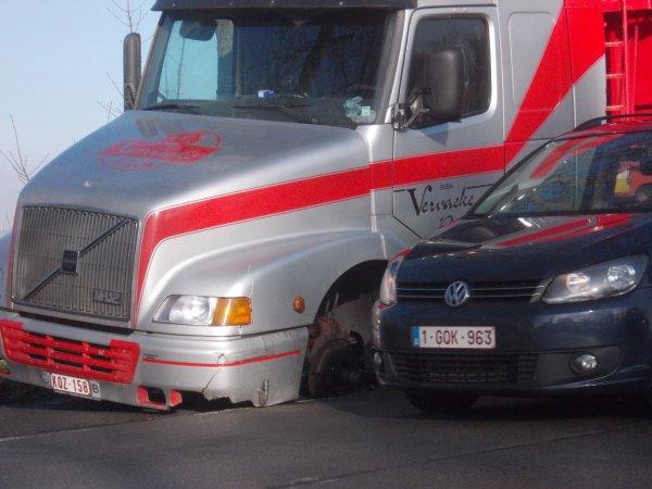 01-09-2014 - Blois - Epinal - Un autocar parti d'Épinal (Vosges) filait sur l'autoroute A10 à proximité de Blois lorsque ses roues arrières se sont détachées de l'essieu.