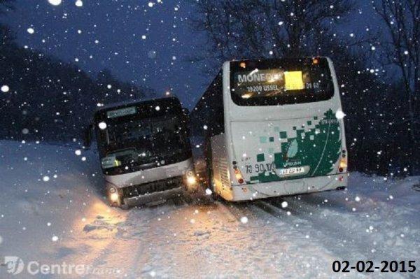 02-02-2015 - LIMOUSIN - MÉRINCHAL - Combrailles - Deux cars TER bloqués par la neige en se croisant sur la route en Combrailles.