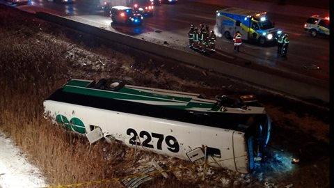 15-01-2015 - CANADA - Ontario - Vaughan - Hamilton - Une passagère d'un autobus de banlieue GO est morte, alors que deux autres usagers et le chauffeur de l'autocar ont été hospitalisés, après un accident sur l'autoroute 407 à Vaughan.