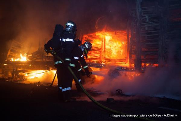 13-02-2015 - France - Roberval (60) - Compiègne - Senlis (Oise) - Un accident entre un autocar venant d'Angleterre et trois camions paralyse l'autoroute A1 dans les deux sens.L'autocar et les trois camions sont en flammes sur l'A1, deux routiers décédés