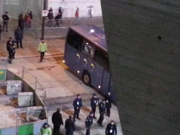 17-02-2015 - Stade du PSG - Parc des Princes - L'autocar de chez Suzanne qui transportait les joueurs a fait un accrochage lors de son entrée dans le parking, provoquant plusieurs fissures sur quelques vitres du véhicule.